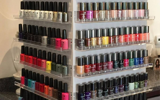 nail-polish-at-salon